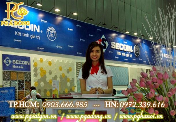 PG hội chợ tại gian hàng Gạch Đồng Tâm.