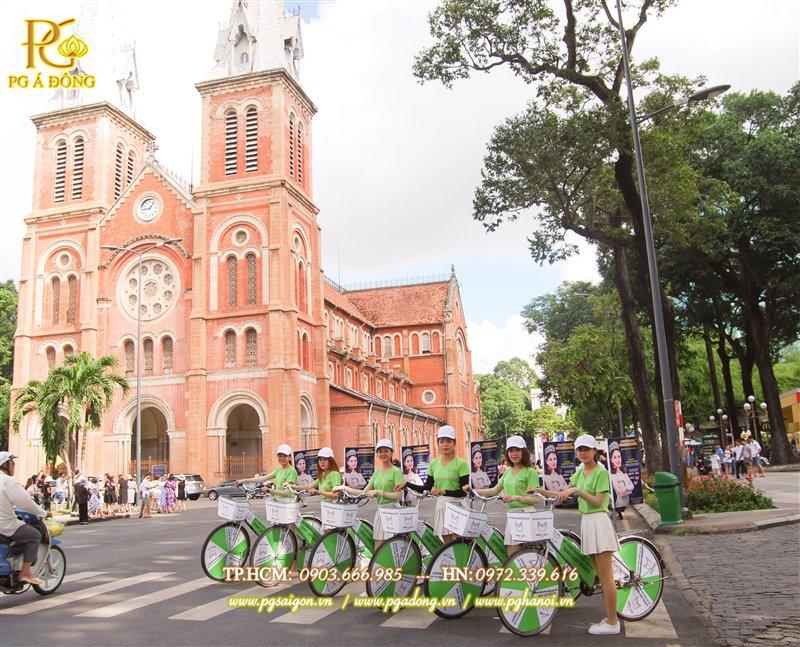 Đoàn roadshow xe đạp chụp hình tại nhà thờ Đức Bà biểu tượng của tp