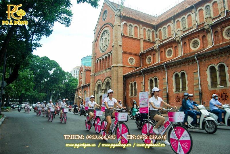 Đoàn roadshow chạy quanh nhà thờ Đức Bà