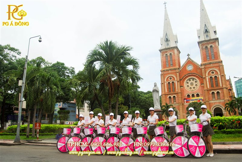 Đội ngũ PG chạy roadshow chụp hình tại Nhà thờ Đức Bà