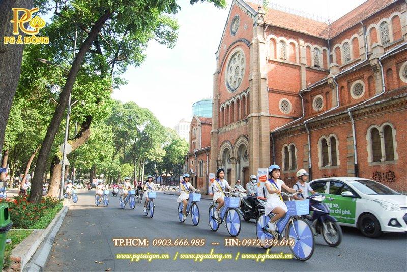 Đoàn roadshow xe đạp chạy quanh nhà thờ Đức Bà