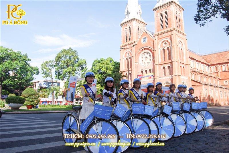 Đoàn roadshow xe đạp nổi bật bên nhà thờ Đức Bà