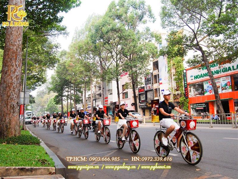 Đoàn roadshow xe đạp nổi bật trên đường Trần Hưng Đạo