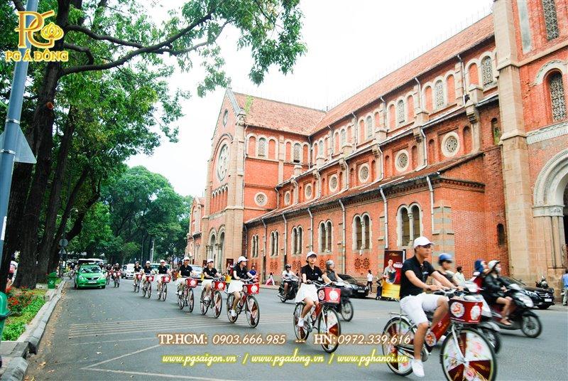 Đoàn roadshow xe đạp quanh nhà thờ Đức Bà