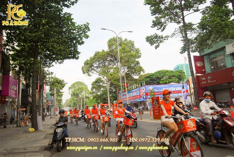 Đoàn roadshow xe đạp trên đường
