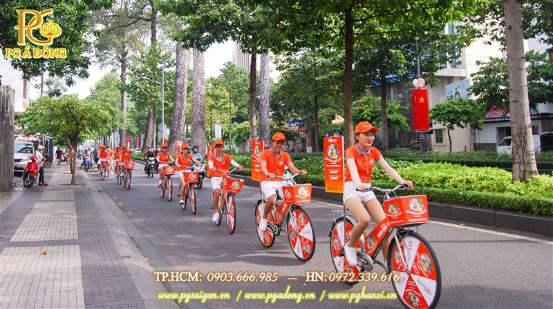 Đoàn roadshow trên đường Trương Định