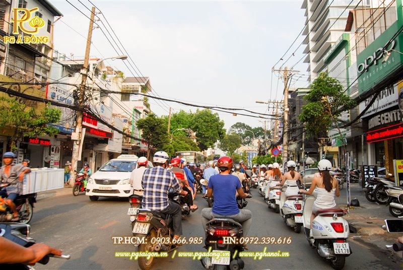 Đoàn roadshow xe máy trên đường Phan Đăng Lưu