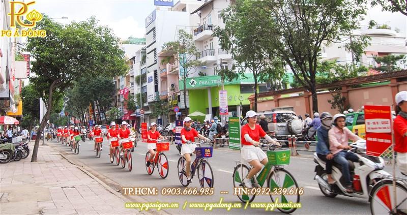 Đoàn roadshow xe đạp trên đường Nguyễn Thị Thập