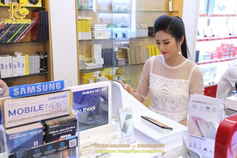 Hoa hậu Ngọc Hân trải nghiệm sản phẩm trong buổi mở bán
