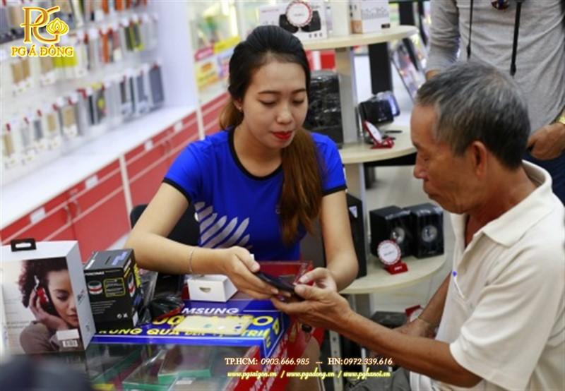 Khách hàng đầu tiên sở hữu Galaxy J7 Prime tại cửa hàng FPT Shop - 202 Nguyễn Thị Minh Khai, Q.3, TP.HCM