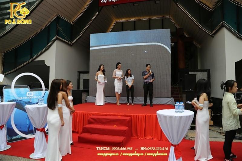 Đội ngũ PG lễ tân hỗ trợ trao giải thưởng cho khách hàng