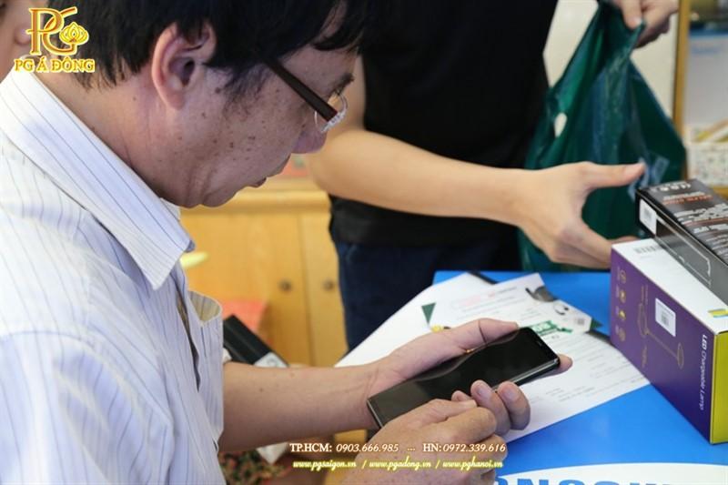 Khách hàng cầm trên tay sản phảm S8 trong buổi mở bán