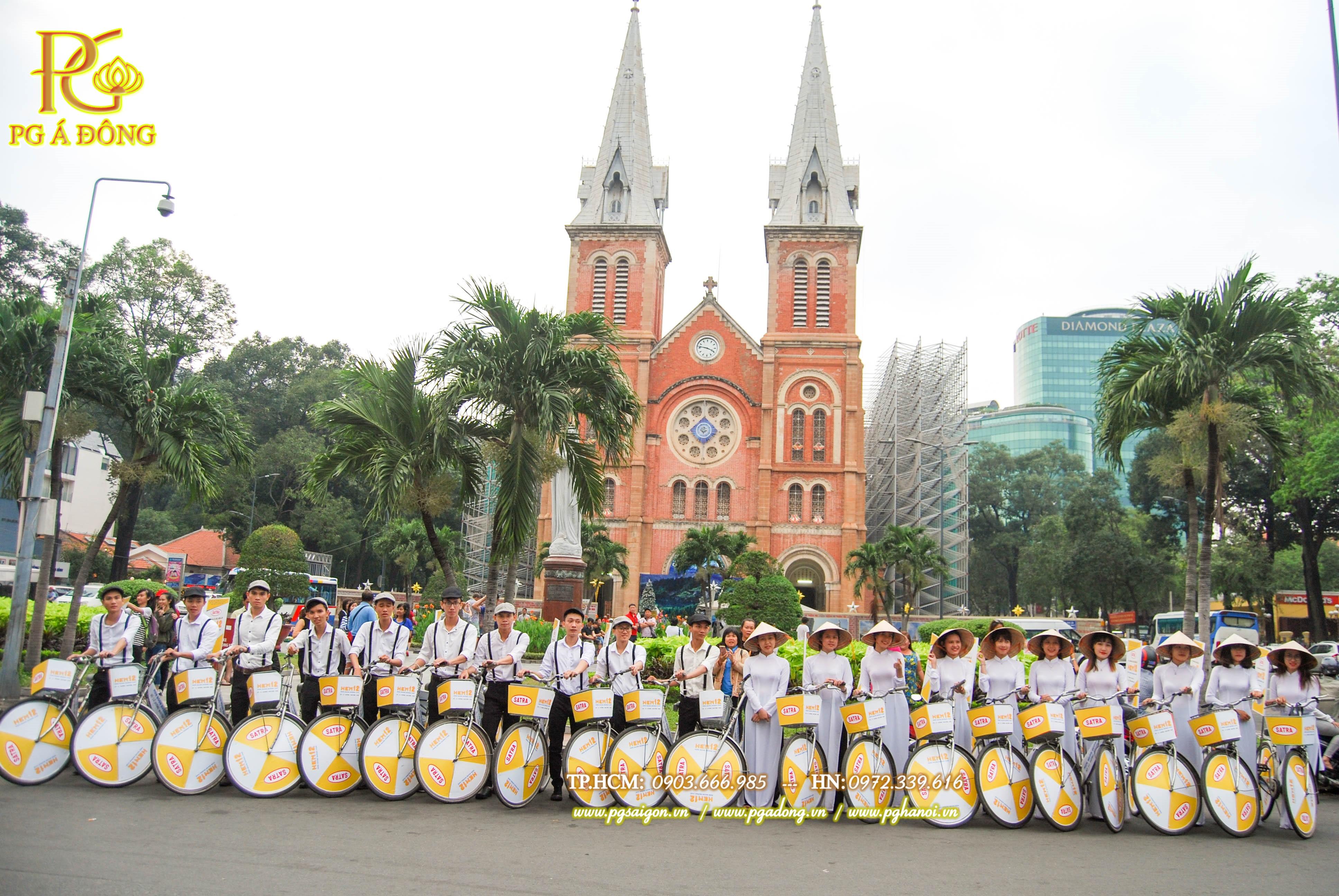 Đoàn roadshow xe đạp tại nhà thờ Đức Bà