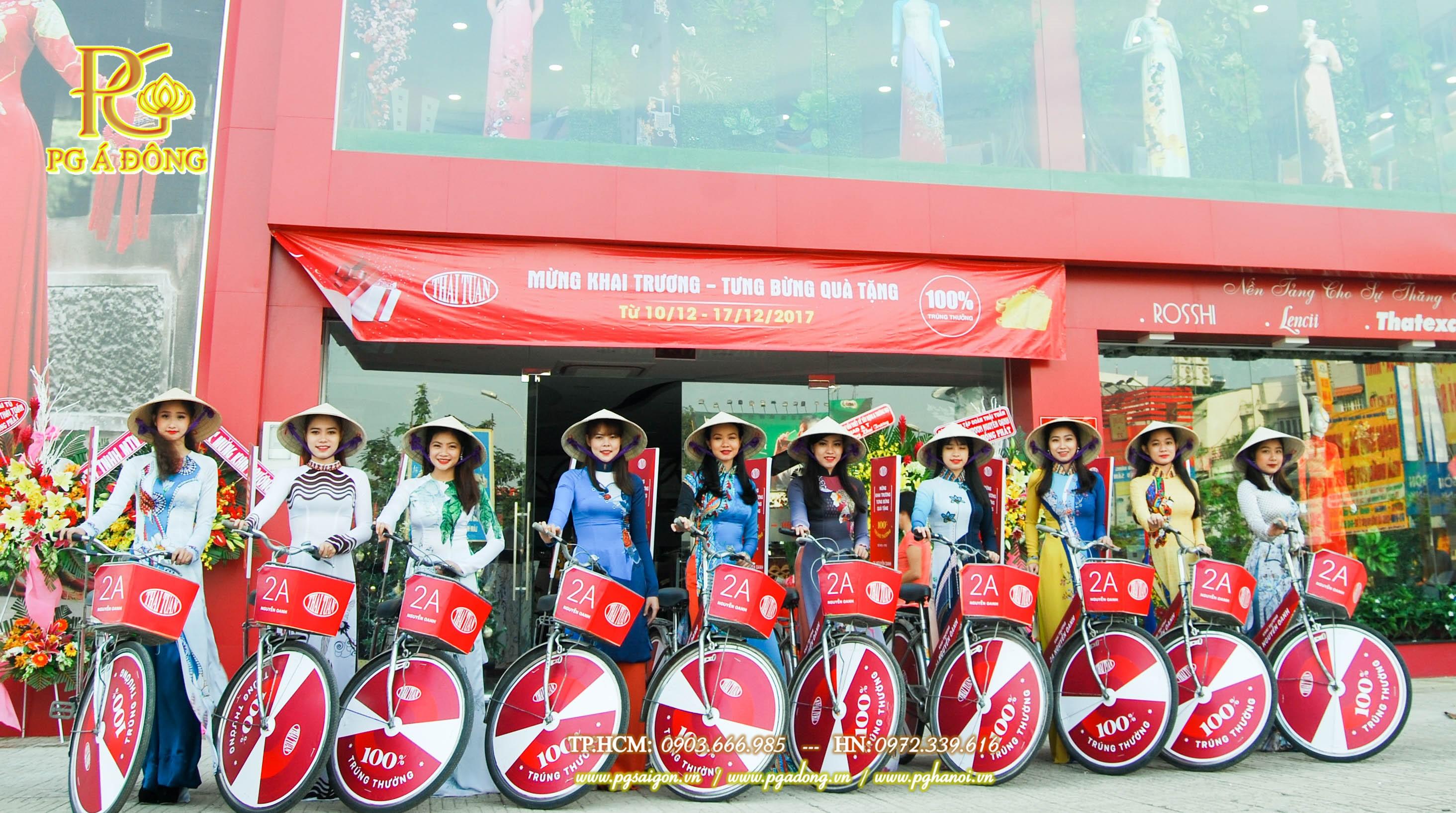 Đoàn roadshow xe đạp chụp hình tại cửa hàng Thái Tuấn