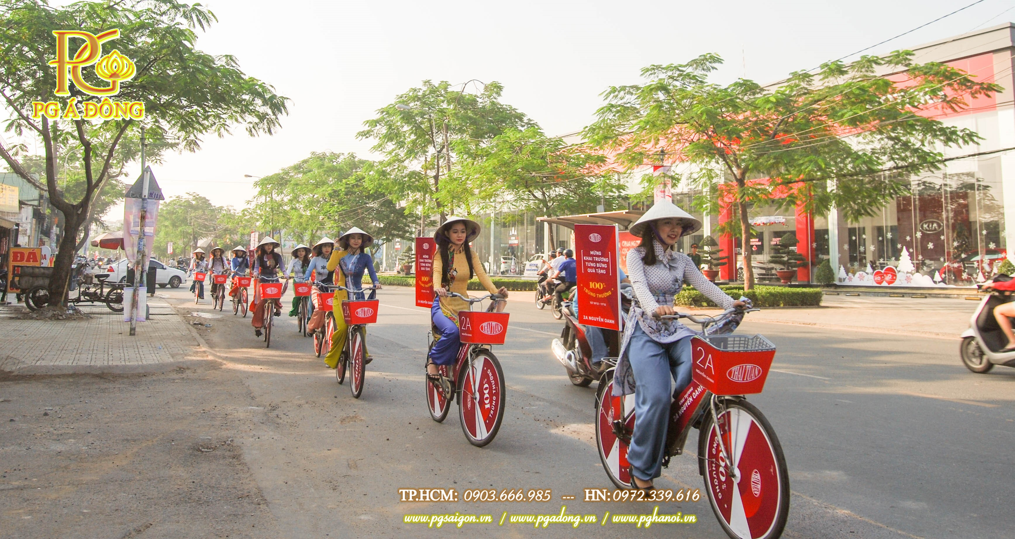 Đoàn roadshow xe đạp nổi bật trên đường Nguyễn Oanh