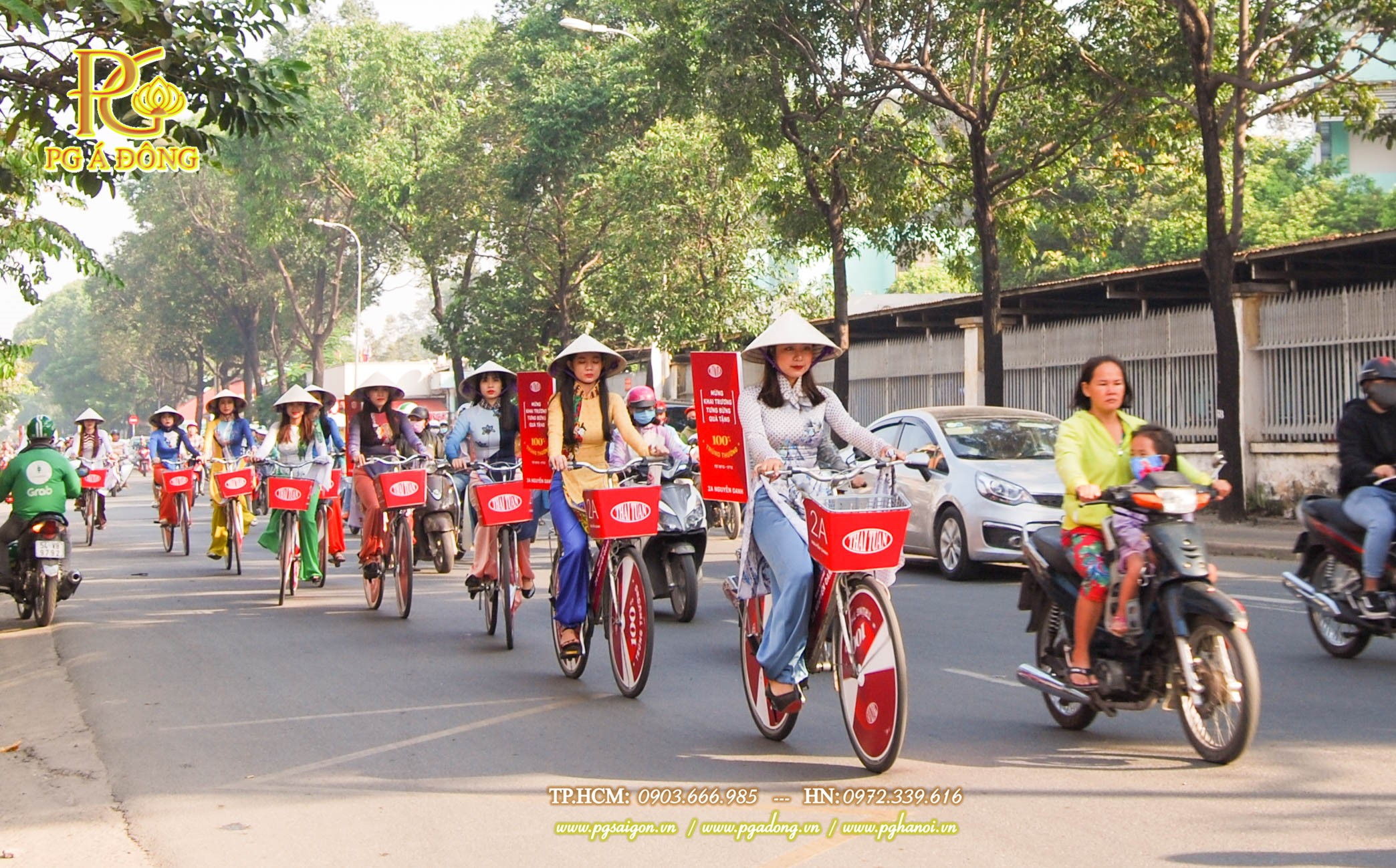 Đoàn roadshow xe đạp nổi bật trên tuyến đường đi qua