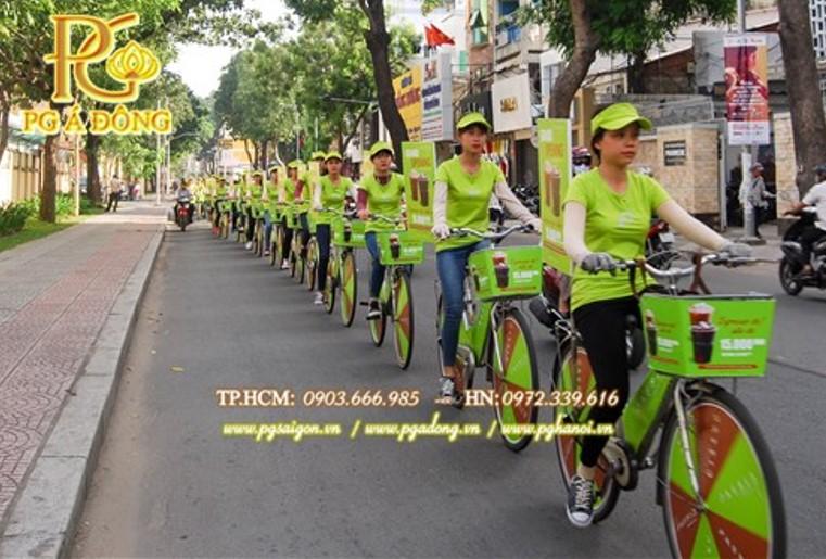 Đoàn roadshow xe đạp  nổi bật trên đường Nguyễn Trãi