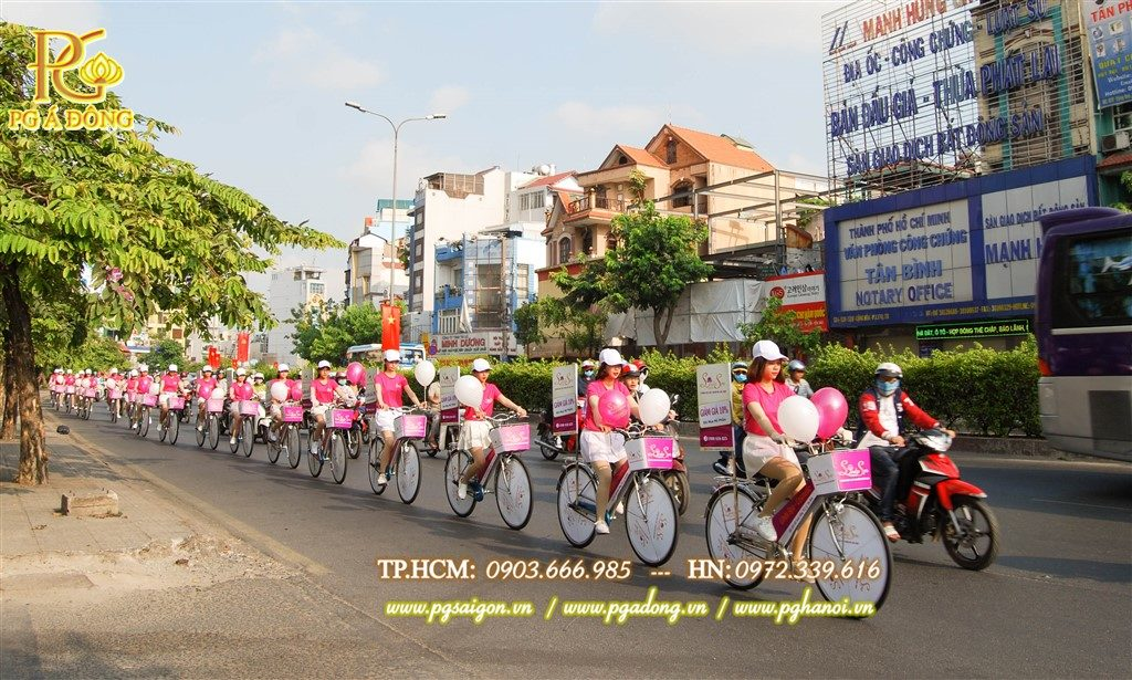 Đoàn roadshow xe đạp nổi bật trên đường Nguyễn Văn Trỗi