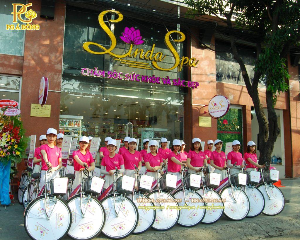 Đoàn roadshow xe đạp tại cửa hàng LinDa Spa