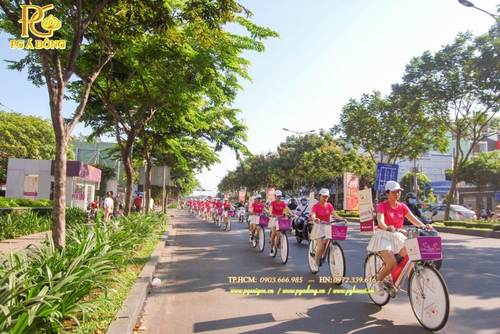 Đoàn roadshow xe đạp nổi bật trên đường Hoàng Văn Thụ