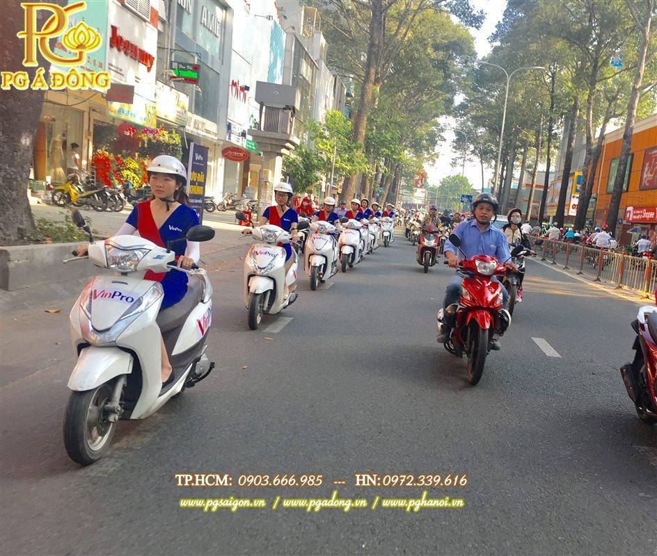 Đoàn roadshow xe máy Lead nổi bật trên các tuyến đường