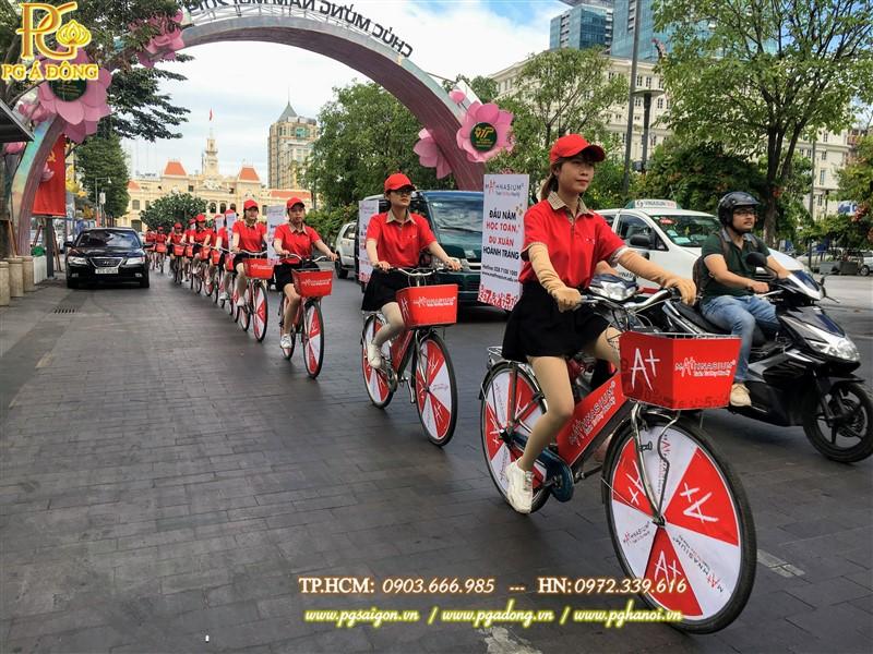 Đoàn roadshow xe đạp nổi bật trên phố đi bộ