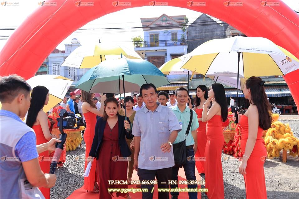 Đội ngũ lễ tân đón khách trong buổi lễ khai trương